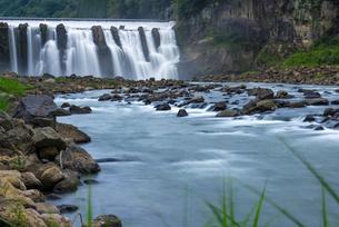 沈堕の滝 雄滝 スローシャッター・河原からの写真素材 [FYI02846390]