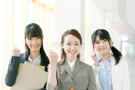 オフィスで微笑むビジネスウーマンの写真素材 [FYI02846515]