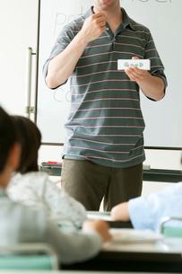 英語の授業をする外国人教師と小学生の写真素材 [FYI02846545]