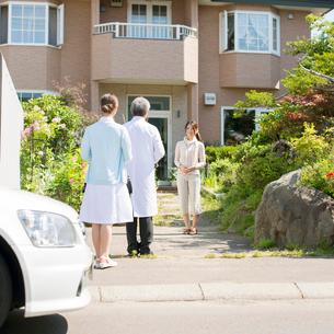 患者の家を訪問する医者と看護師(訪問医療)の写真素材 [FYI02846549]