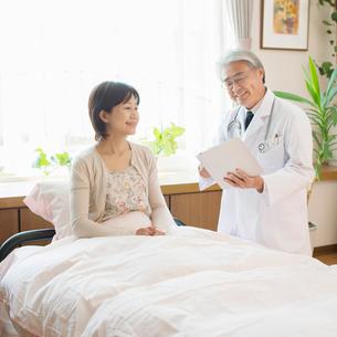 患者に病状の説明をする医者(訪問医療)の写真素材 [FYI02846581]
