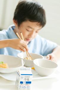 給食を食べる小学生の写真素材 [FYI02846630]