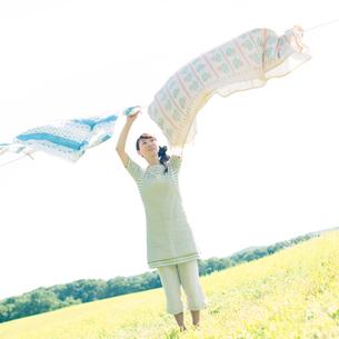 洗濯物を干す女性の写真素材 [FYI02846707]
