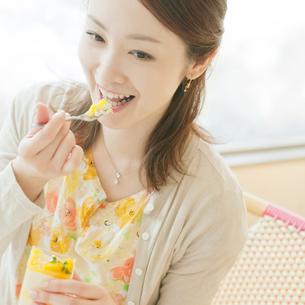 カフェでデザートを食べる女性の写真素材 [FYI02846718]