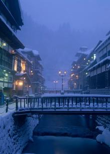 冬の銀山温泉の写真素材 [FYI02846737]