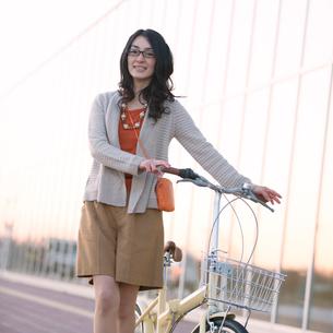 自転車を押す女性の写真素材 [FYI02846779]