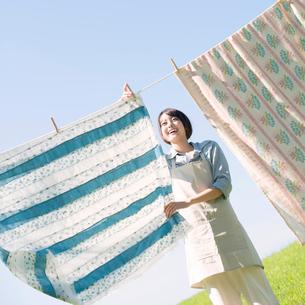 洗濯物を干す女性の写真素材 [FYI02846793]