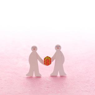 プレゼントを持つ2人の人 クラフトの写真素材 [FYI02846808]