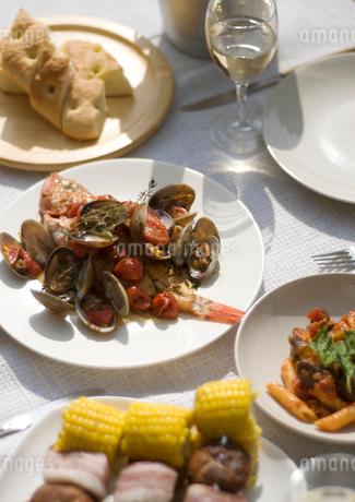テーブルの上のアウトドア料理の写真素材 [FYI02846826]