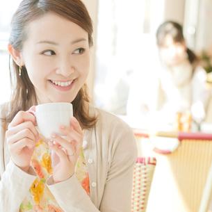 カフェでコーヒーを飲む女性の写真素材 [FYI02846924]