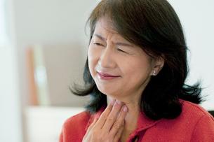 喉の痛みに悩むシニア女性の写真素材 [FYI02846926]