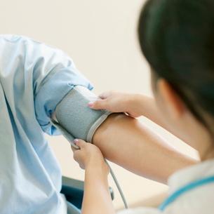 血圧を計る看護師の写真素材 [FYI02846960]