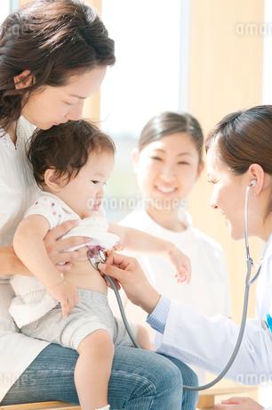 赤ちゃんの診察をする女医の写真素材 [FYI02846972]