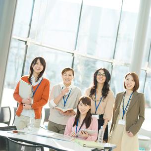 オフィスで微笑むビジネスウーマンの写真素材 [FYI02846976]