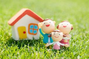 家族と家のクラフトの写真素材 [FYI02846990]