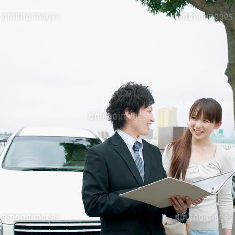 車のセールスするビジネスマンの写真素材 [FYI02847032]
