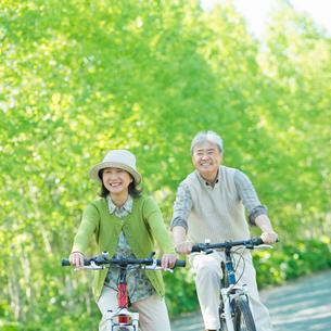 自転車に乗るシニア夫婦の写真素材 [FYI02847054]