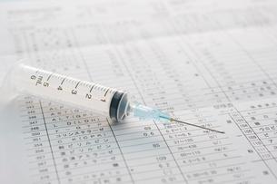 検査結果の表と注射器の写真素材 [FYI02847061]