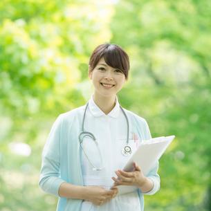 カルテを持ち微笑む看護師の写真素材 [FYI02847083]