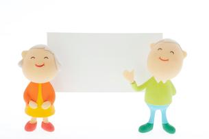 メッセージボードの前に立つシニア夫婦のクラフトの写真素材 [FYI02847092]