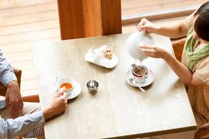 カフェで紅茶を飲むカップルの写真素材 [FYI02847093]