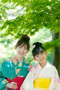 うちわを持ち微笑む親子の写真素材 [FYI02847115]