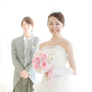 ブーケを持ち微笑む花嫁の写真素材 [FYI02847167]