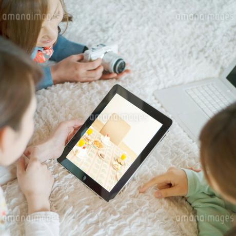 タブレットPCを見る3人の女性の写真素材 [FYI02847174]