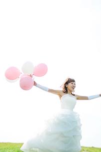 風船を持ち微笑む花嫁の写真素材 [FYI02847192]
