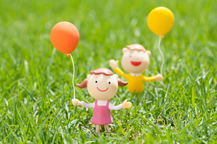 風船を持つ子供たちのクラフトの写真素材 [FYI02847204]