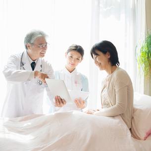 患者に病状の説明をする医者と看護師(訪問医療)の写真素材 [FYI02847217]
