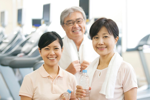 スポーツジムで水を持ち微笑む家族の写真素材 [FYI02847269]