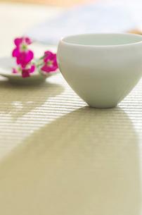 畳の上にある和食器と花の写真素材 [FYI02847281]