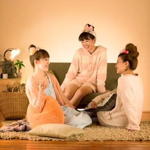 ソファーの周りでくつろぐ3人の女性の写真素材 [FYI02847283]