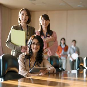 会議室で微笑むビジネスウーマンの写真素材 [FYI02847302]