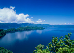 瞰湖台付近から見る十和田湖の写真素材 [FYI02847311]