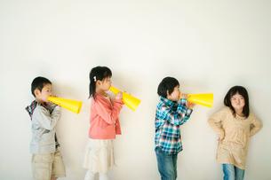 メガホンで遊ぶ小学生の写真素材 [FYI02847462]