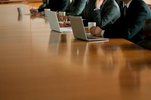 会議をするビジネマンとビジネスウーマンの写真素材 [FYI02847472]