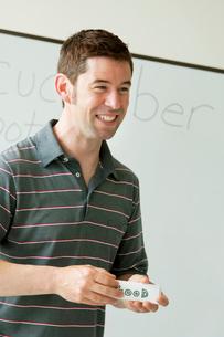 英語の授業をする外国人教師の写真素材 [FYI02847524]