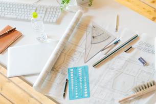 オフィスの机の上にある図面とパソコンの写真素材 [FYI02847570]