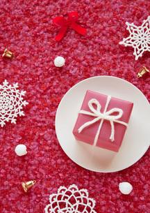 赤いクリスマスプレゼントとスノーフレークの写真素材 [FYI02847576]