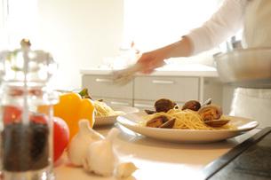キッチンで料理をする女性の写真素材 [FYI02847586]