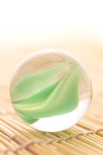 緑色のビー玉の写真素材 [FYI02847595]