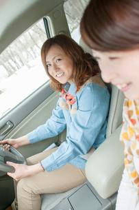 ドライブをする女性の写真素材 [FYI02847604]