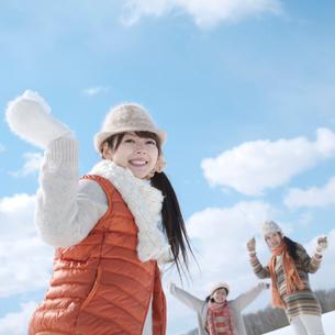 雪合戦をする3人の女性の写真素材 [FYI02847611]