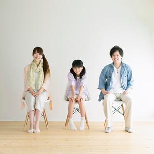 椅子に座る3人家族の写真素材 [FYI02847625]