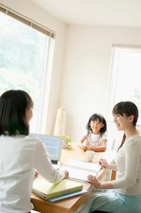 保険の外交員と女性の写真素材 [FYI02847691]