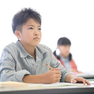 勉強をする小学生の写真素材 [FYI02847698]