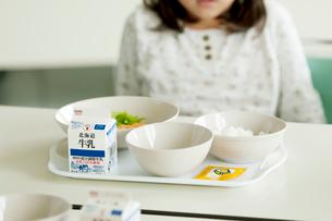 小学生の給食の写真素材 [FYI02847762]