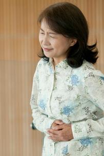 腹痛に苦しむシニア女性の写真素材 [FYI02847784]